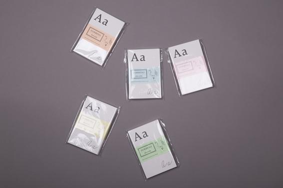 Sada Dokresli si abecedu obsahuje 34 karet potištěných čtyřmi variantami písmene, od A do Ž, které slouží dětem ke kreativnímu tvoření, učení abecedy i rozvoji slovní zásoby.
