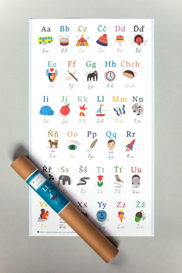 Přehledný plakát české abecedy je zabalen v praktické tubě