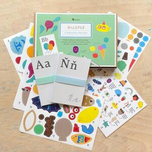 Sada Nalepuj a dokresluj abecedu obsahuje karty s písmeny české abecedy a samolepky ke kreativnímu tvoření a hravému učení